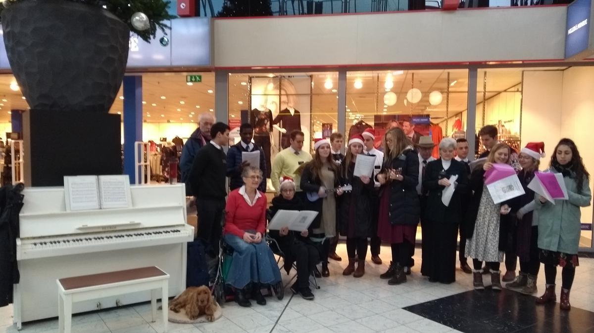 Kerstliederen zingen met de zendelingen in Rotterdam