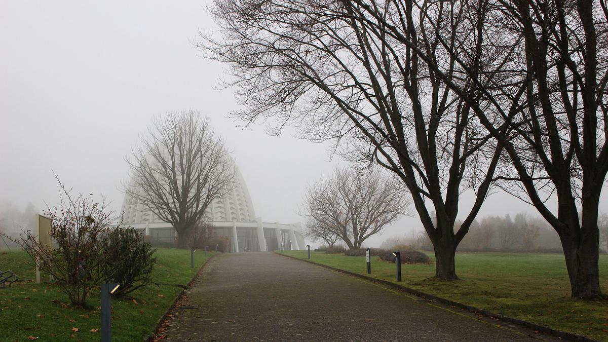 Oprijlaan van het Bahá'í Huis van Aanbidding in Langenhain.