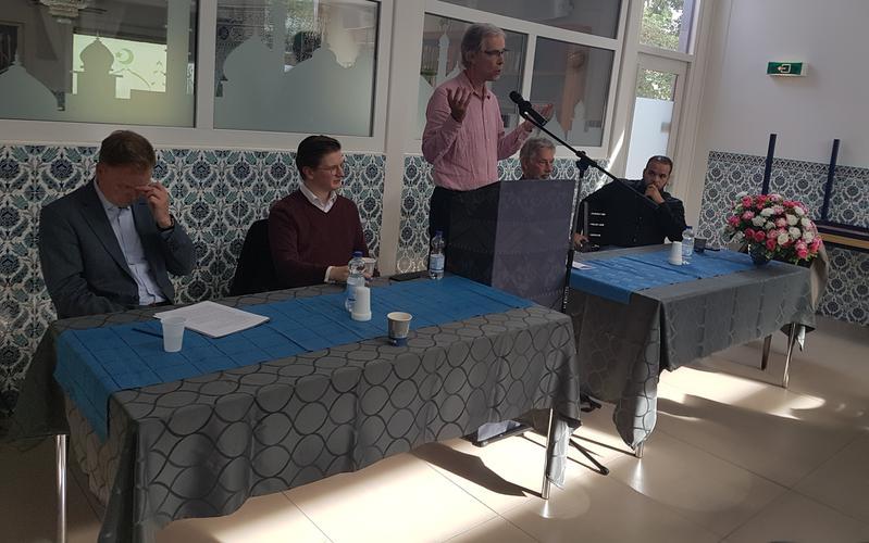 De voorzitter van het Haarlems Platform voor Religie en Levensbeschouwing de heer J.W. Hutter opent de bijeenkomst.