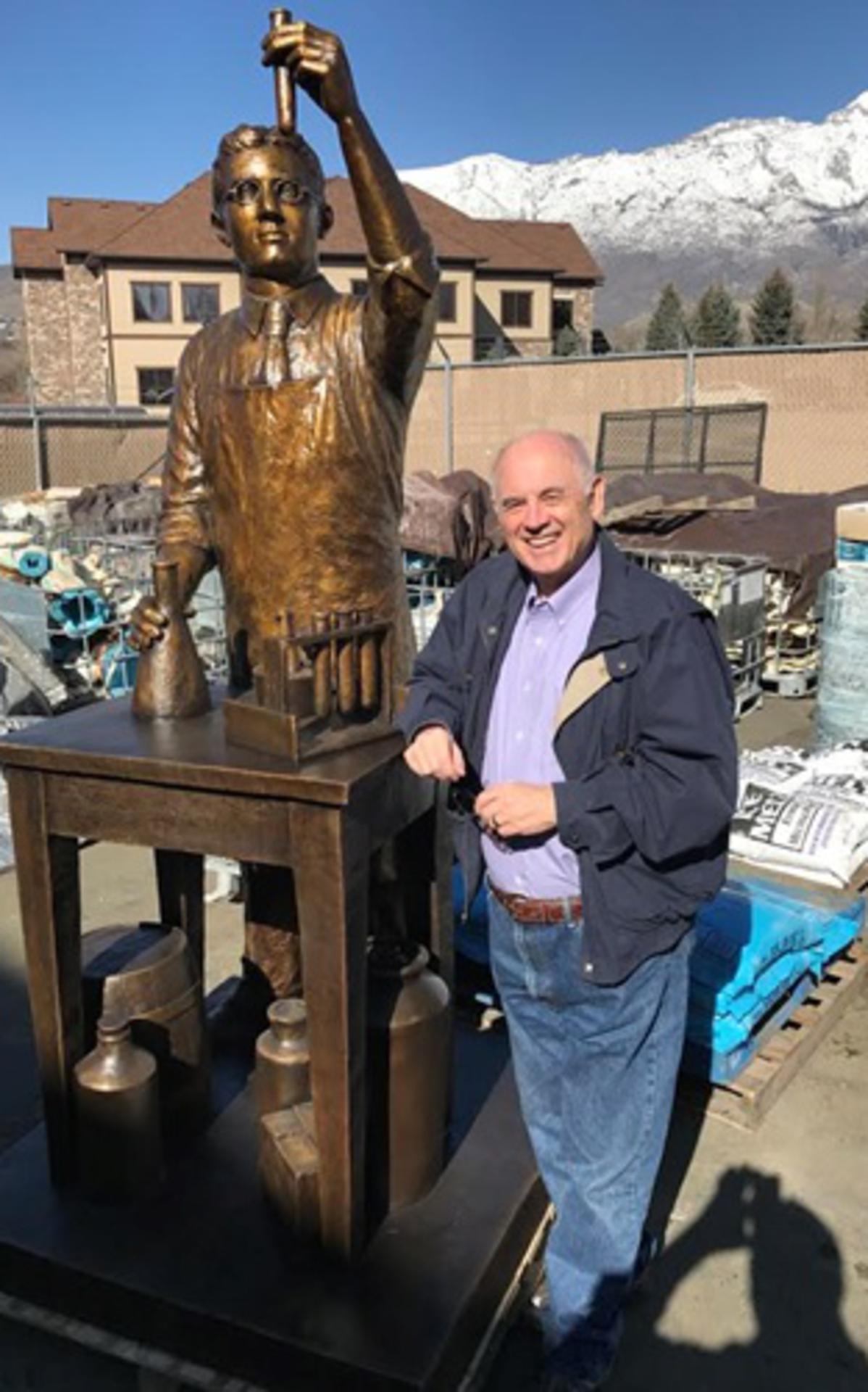 Erlend Peterson viser frem den flotte statuen av en bemerkelsesverdig mann.