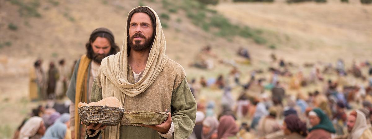 Cristo alimenta a multidão