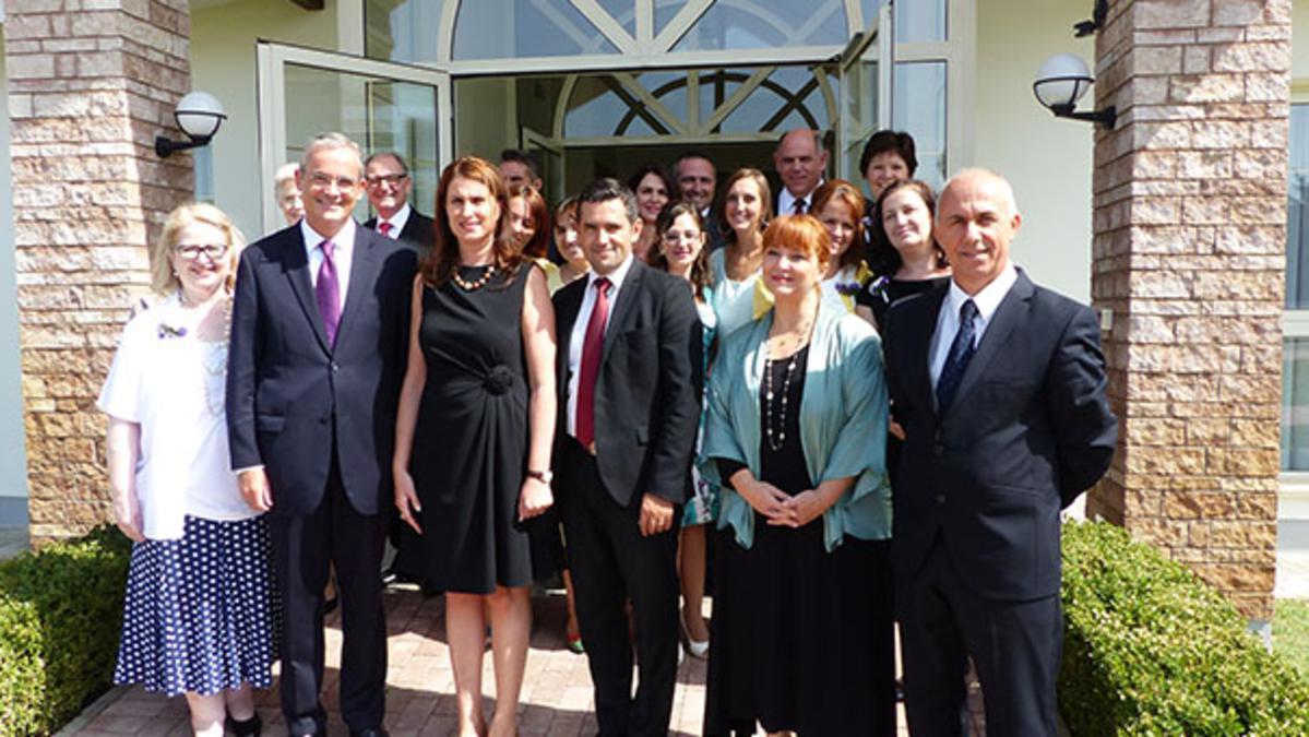 Prima Doamnă a Albaniei învaţă despre mormoni, în ţara dânsei