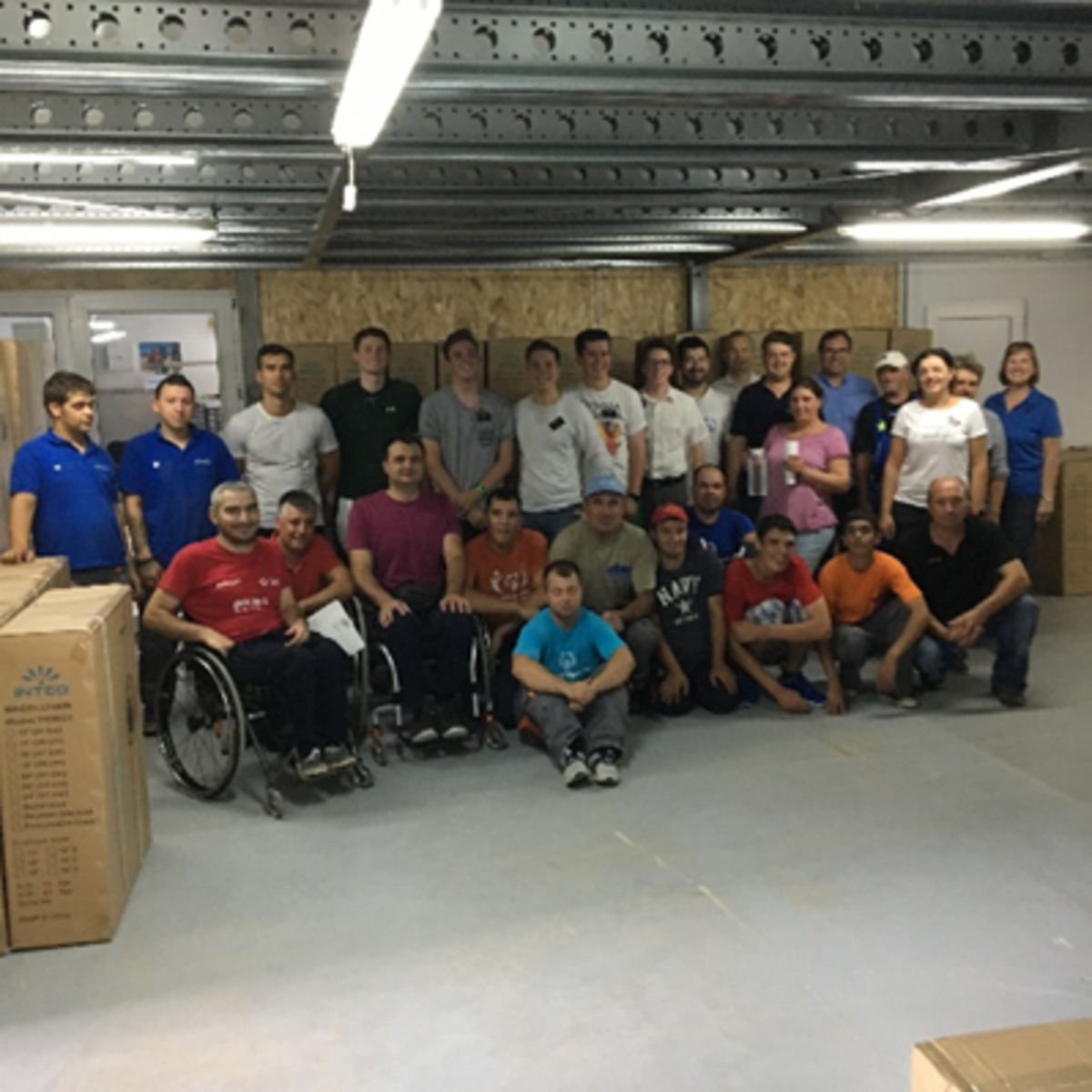 Personalul Motivation Romania și misionarii SZU la depozit