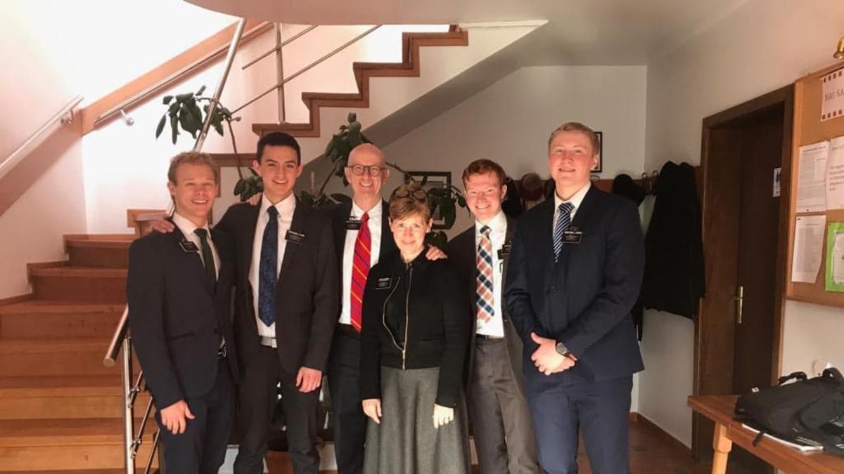 Președintele Hettinger, Sora Hettinger împreună cu misionari
