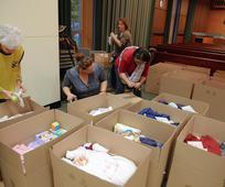 Prostovoljke so pripravile darilne pakete za novorojenčke za begunske matere v Nemčiji