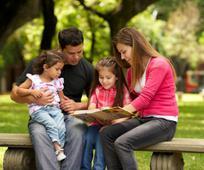 Породица читају