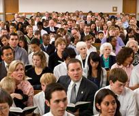 Људи певају на богослужење