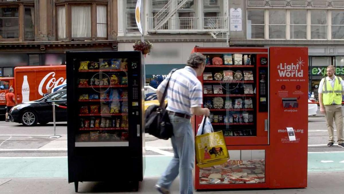 Muž pri darovacom bankomate