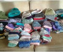Деца избеглице добијају неочекивано откривене ручно плетене капе