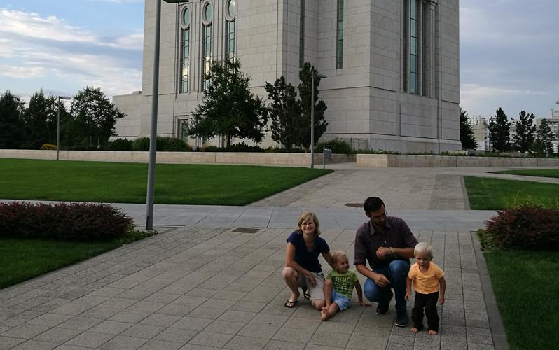 družina Fidler pred templjem v Kijevu