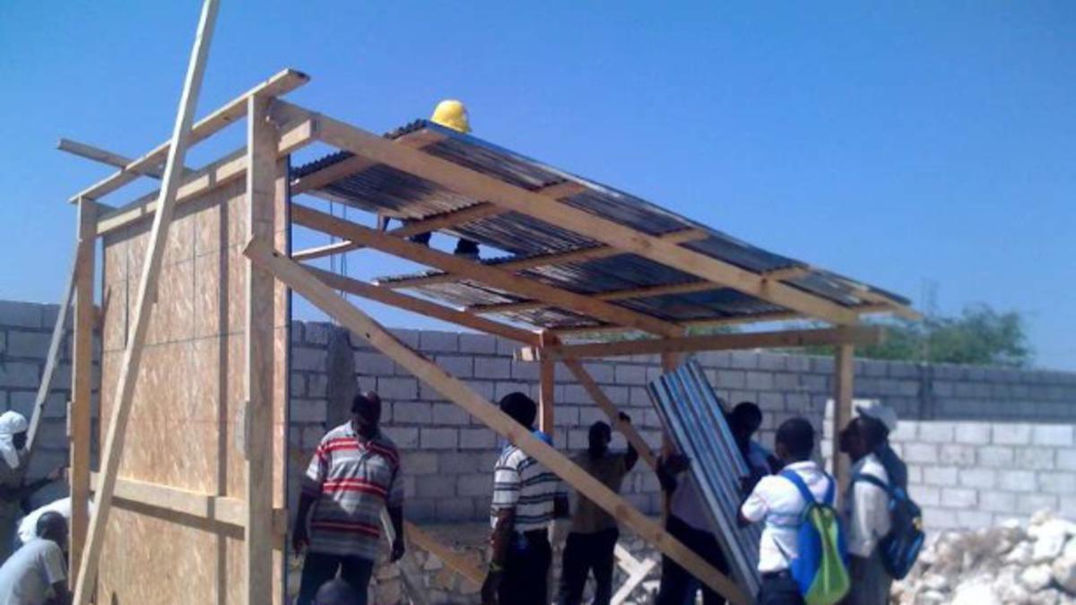 Cerkev pred deževnim obdobjem na Haitiju postavlja začasna prebivališča