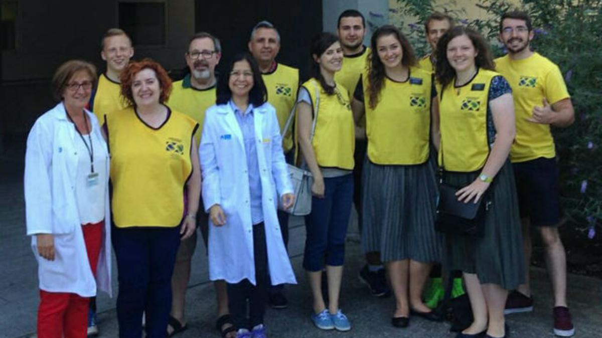 Miembros de la Iglesia de Logroño a las puertas del centro donde acudieron a donar sangre.