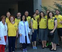Miembros de Logroño en el día nacional de servicio, junto a sanitarios delante del centro de dobación de sangre.