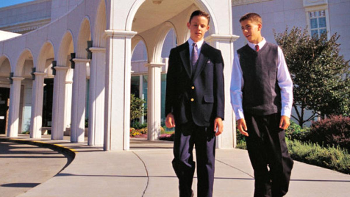Dos jóvenes diáconos pasean en los jardines de un templo
