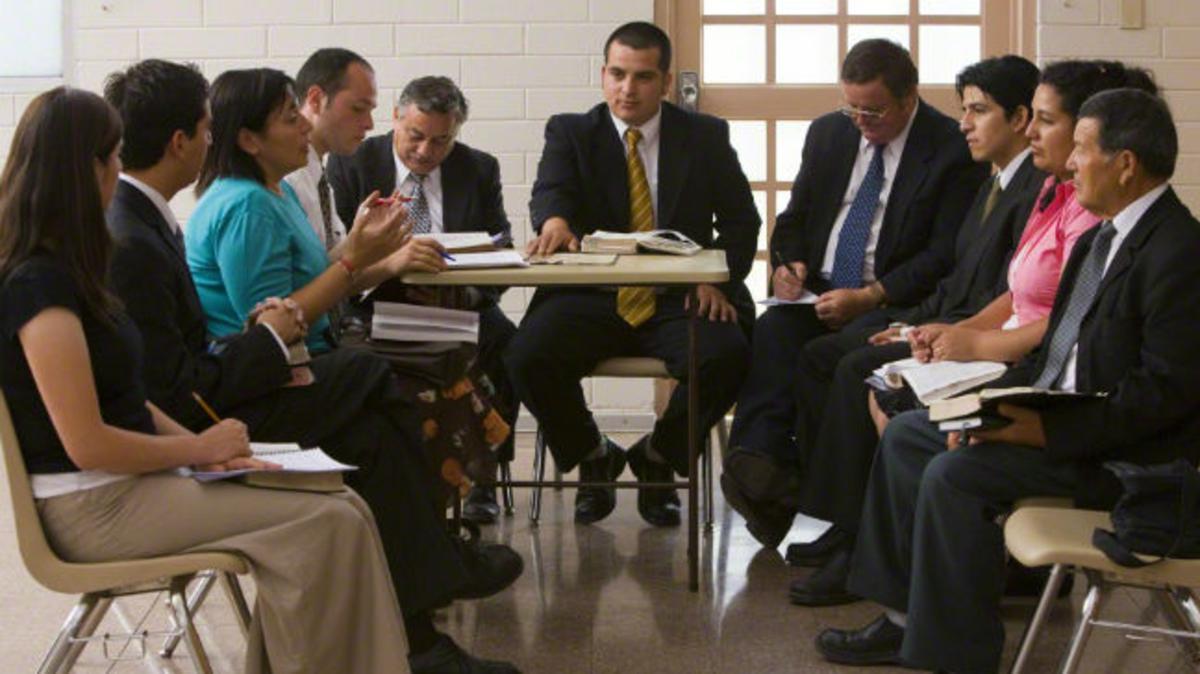 Un grupo de personas reunidas en consejo.