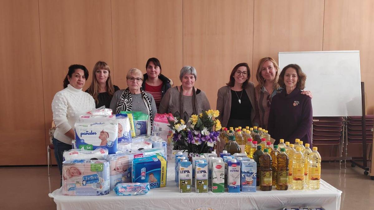 Mujeres con la comida recaudada para donar