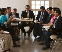 reunión de un consejo local de Asuntos Públicos