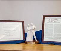 Diploma, estatua, Proclamacion para la Familia