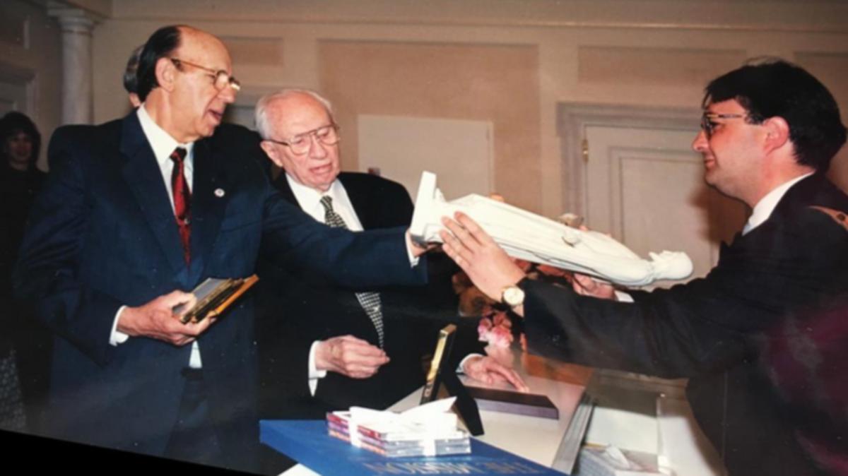 José Lladró presentando la escultura del Cristo de Thorvaldsen al presidente Gordon B. Hinckley acompañado por el hermano Paco Serrano