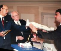 José Lladró presentando la escultura del Cristo de Thorvaldsen al presidente Gordon B. Hinckley