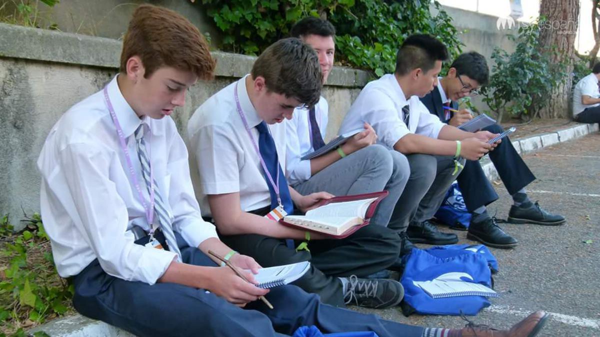 Jóvenes estudiando las Escrituras en FSY 2017