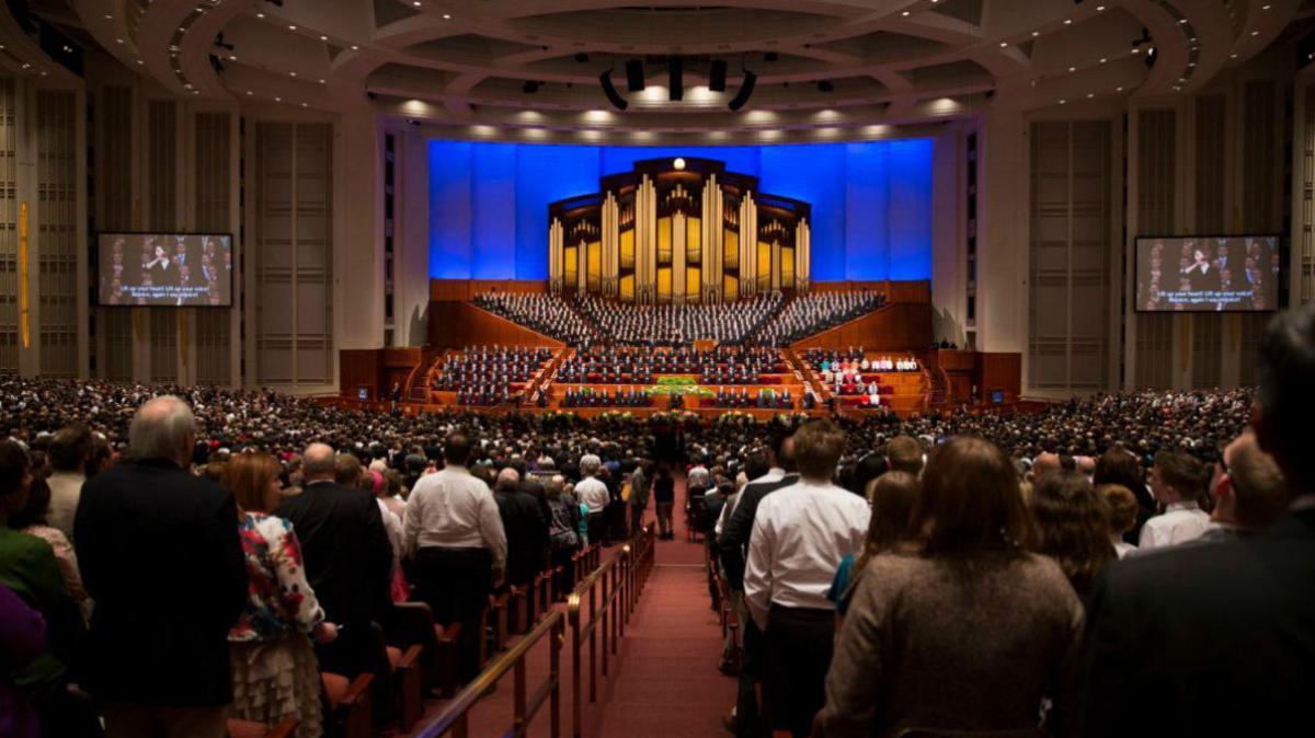 En la conferencia general, los líderes mormones hablan sobre diversos temas de religión.