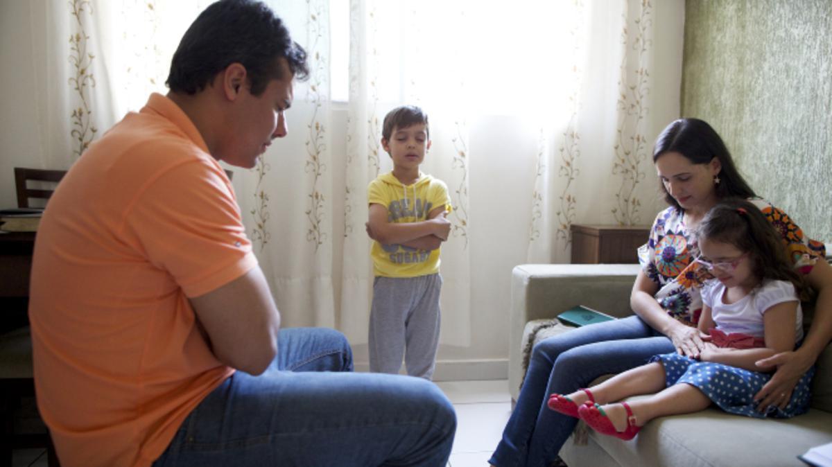 Los mormones oran en familia y enseñan a sus hijos a creer en el poder de la oración por medio del ejemplo.