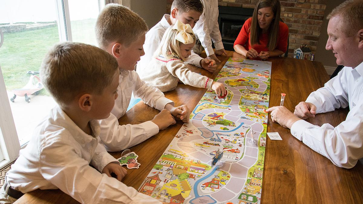 Una familia juega a un juego de mesa
