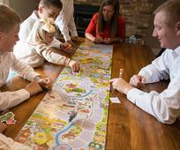 Todos los miembros de una familia se divierten en su hogar en el día de reposo