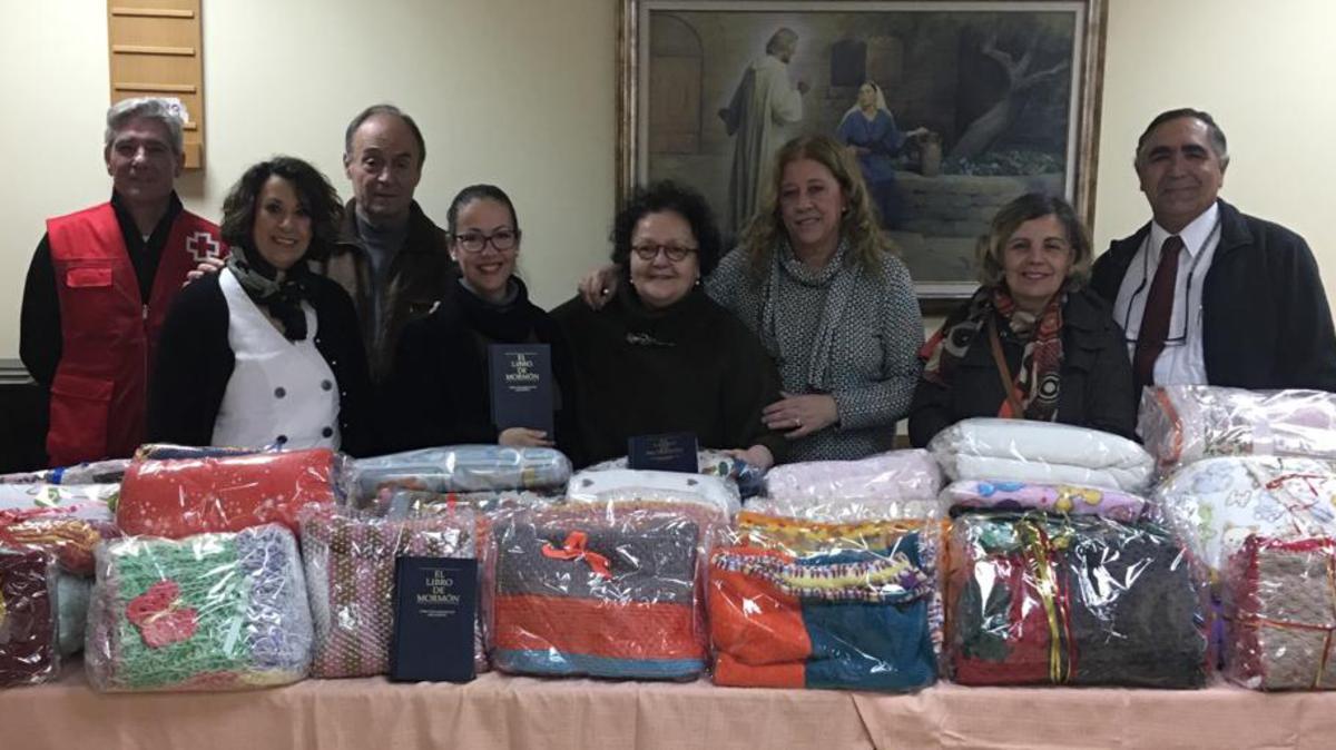 Entrega de mantas y alimentos a la Cruz Roja de Sevilla