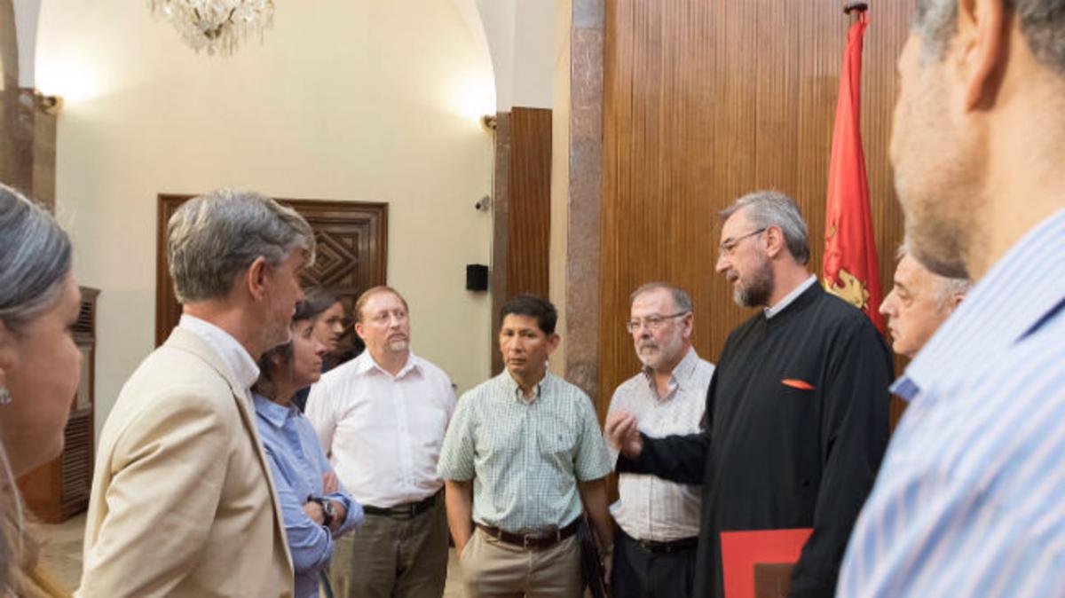 Algunos representantes de varias confesiones religiosas de Zaragoza, charlan en un descanso de la reunión interconfesional.