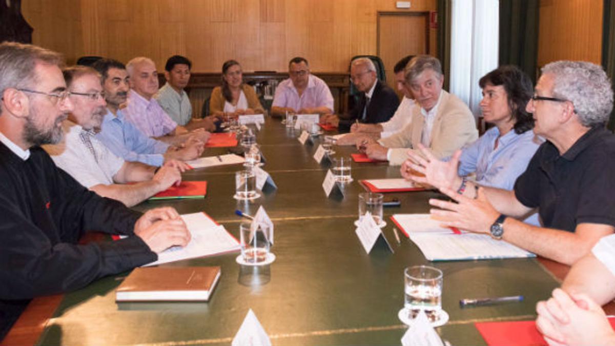 Representantes de diversas confesiones religiosas de Zaragoza, en torno a la mesa de diálogo.