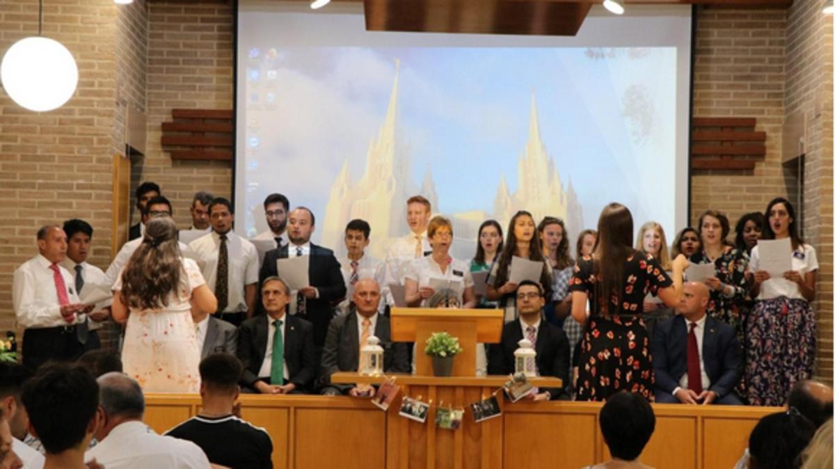 El coro de la estaca de Elche en la celebración del 50 aniversario de la Iglesia/Magdalena Parreño