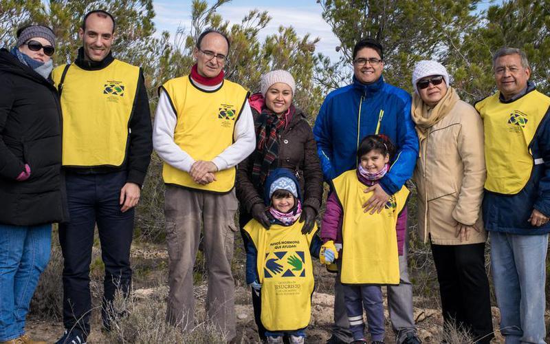 Un grupo de miembros de la Iglesia en Zaragoza, en el lugar de la reforestación