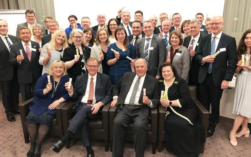 Élder Rasband y élder Stevenson, con los directores de Asuntos Públicos del Área Europa