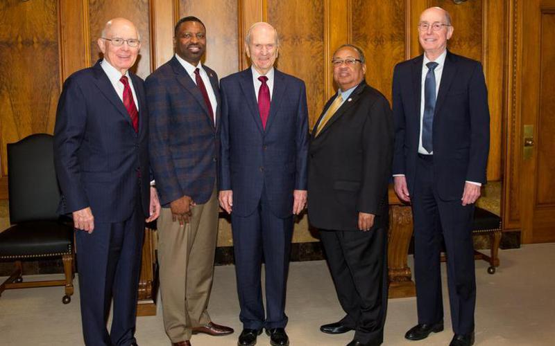 La Primera presidencia de la Iglesia junto a líderes de la NAACP
