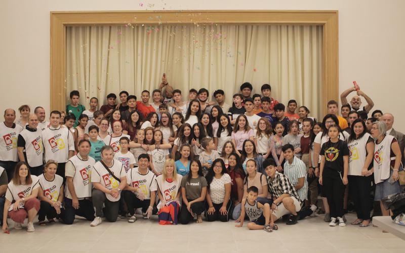 Jóvenes voluntarios que prepararon los kits de higiene