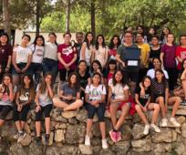 Grupo de mujeres jóvenes con el alcalde de Yátova