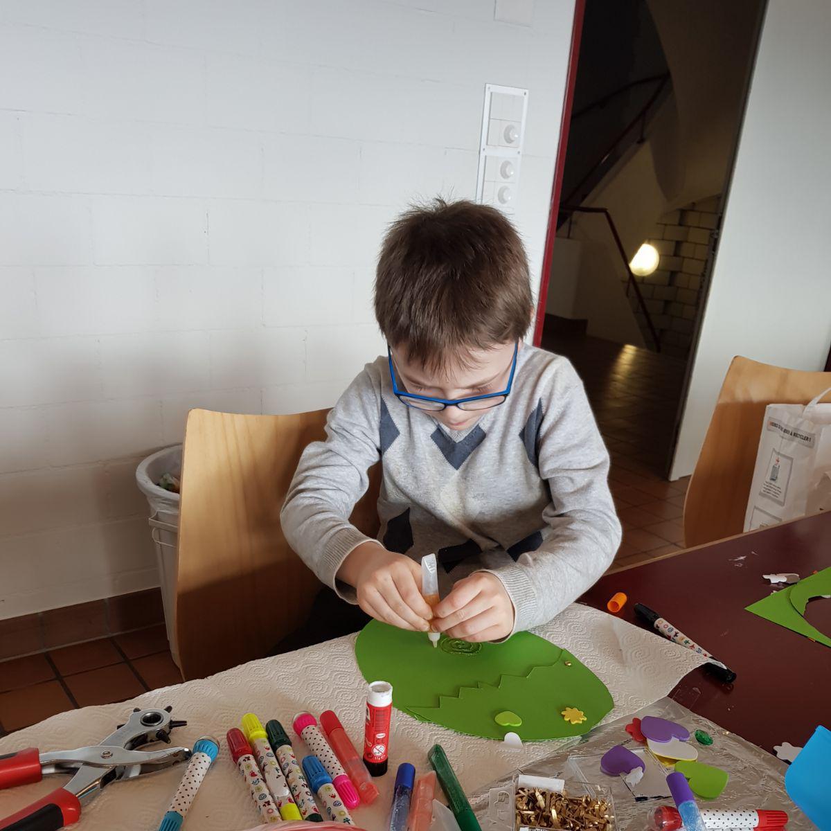 Die Kinder basteln Osterdekorationen