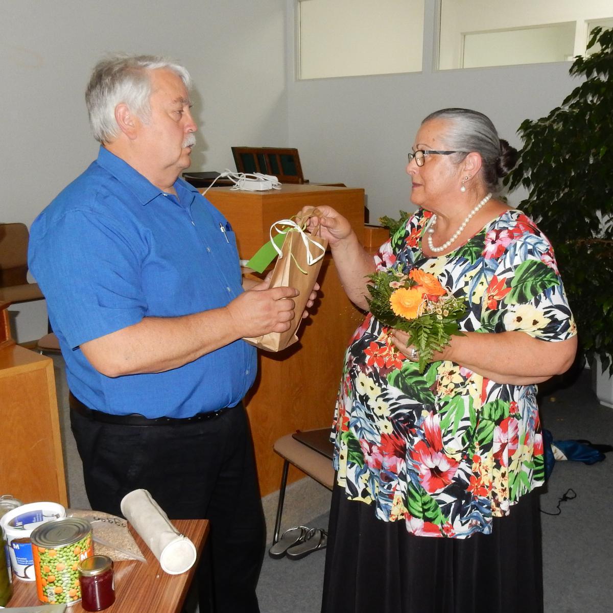 Die FHV-Leiterin Susann Trautmann dankt Bruder Peter Riesen für die großartige Belehrung und überreicht ein Präsent.