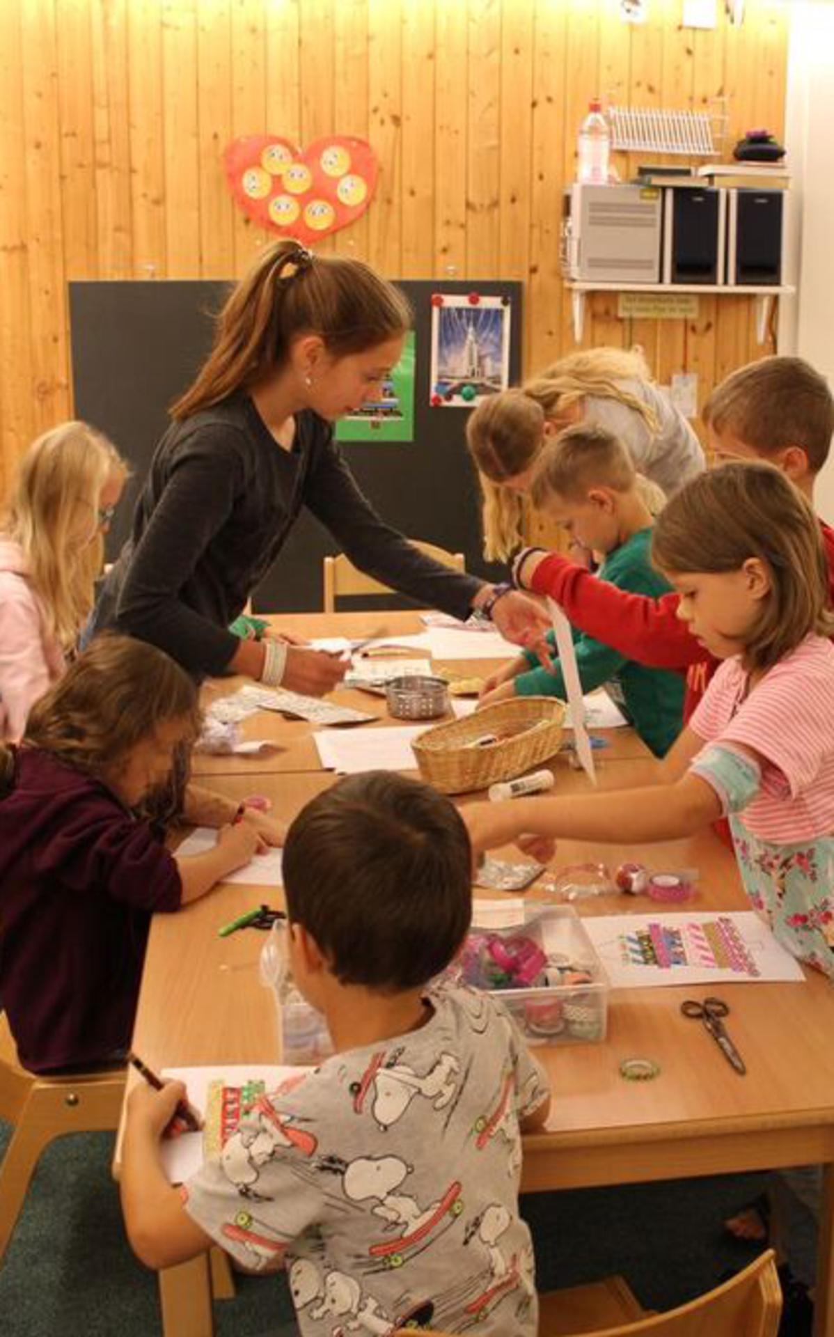 Kinder beim Basteln und Malen
