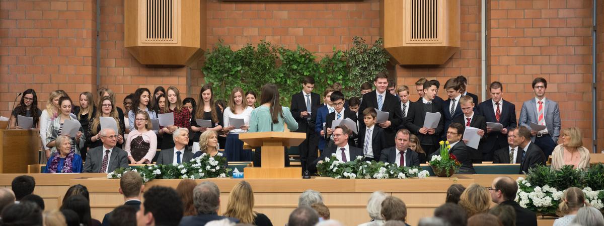 Der Jugendchor, der die sonntägliche Pfahlkonferenz bereicherte