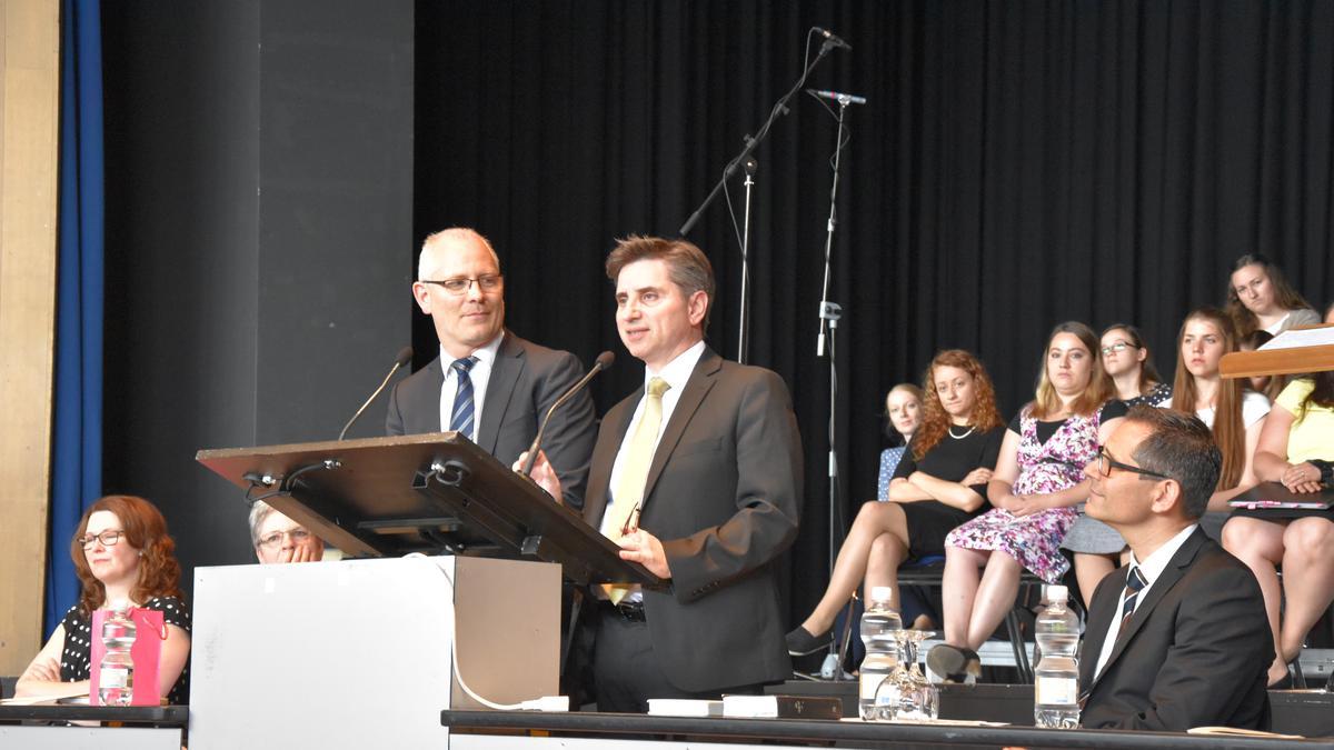 Die Ansprache von Elder Massimo De Feo wird von Bruder Oskar Gysler in die deutsche Sprache übersetzt