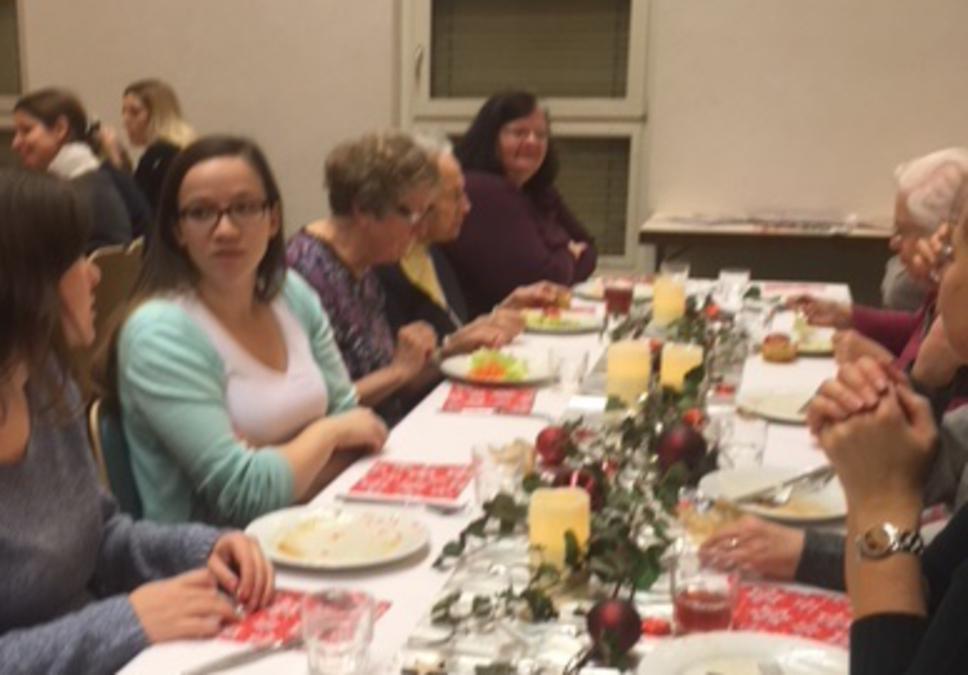 Die Schwestern an den schön dekorierten Tischen