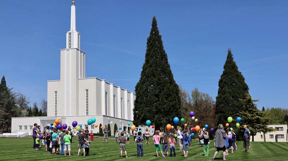 die PV Kinder lassen die bunten Ballone steigen