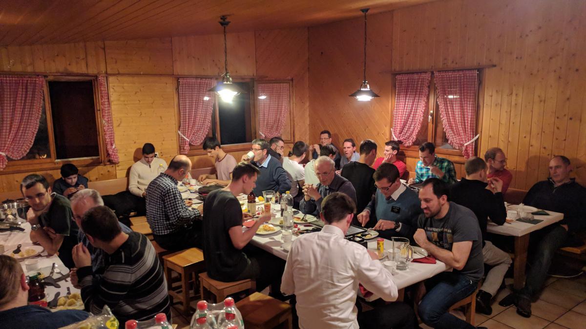 Brüder des Ältesten Kollegium Wettingen beim fröhlichen Raclette-Essen.