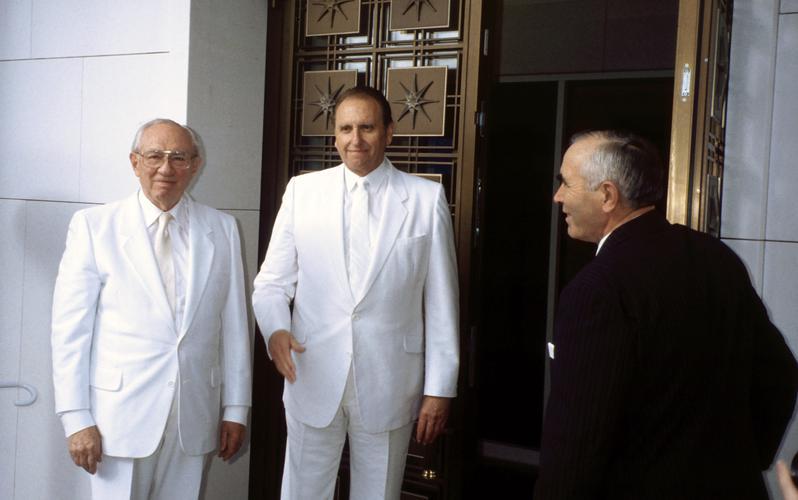 Präsident Gordon B. Hinckley und Präsident Thomas S. Monson bei der Wieder-Weihung des Schweizer Tempels 1992 in Zollikofen bei Bern