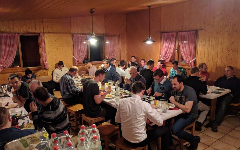 Brüder des Ältesten Kollegium Wettingen beim fröhlichen Raclette-Essen