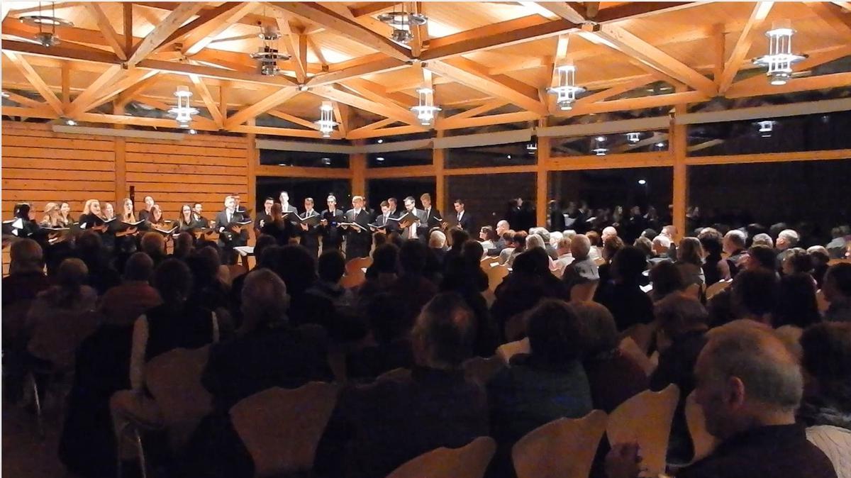 Über 120 Konzertbesucher lauschen dem Gesang des Weihnachtskonzerts