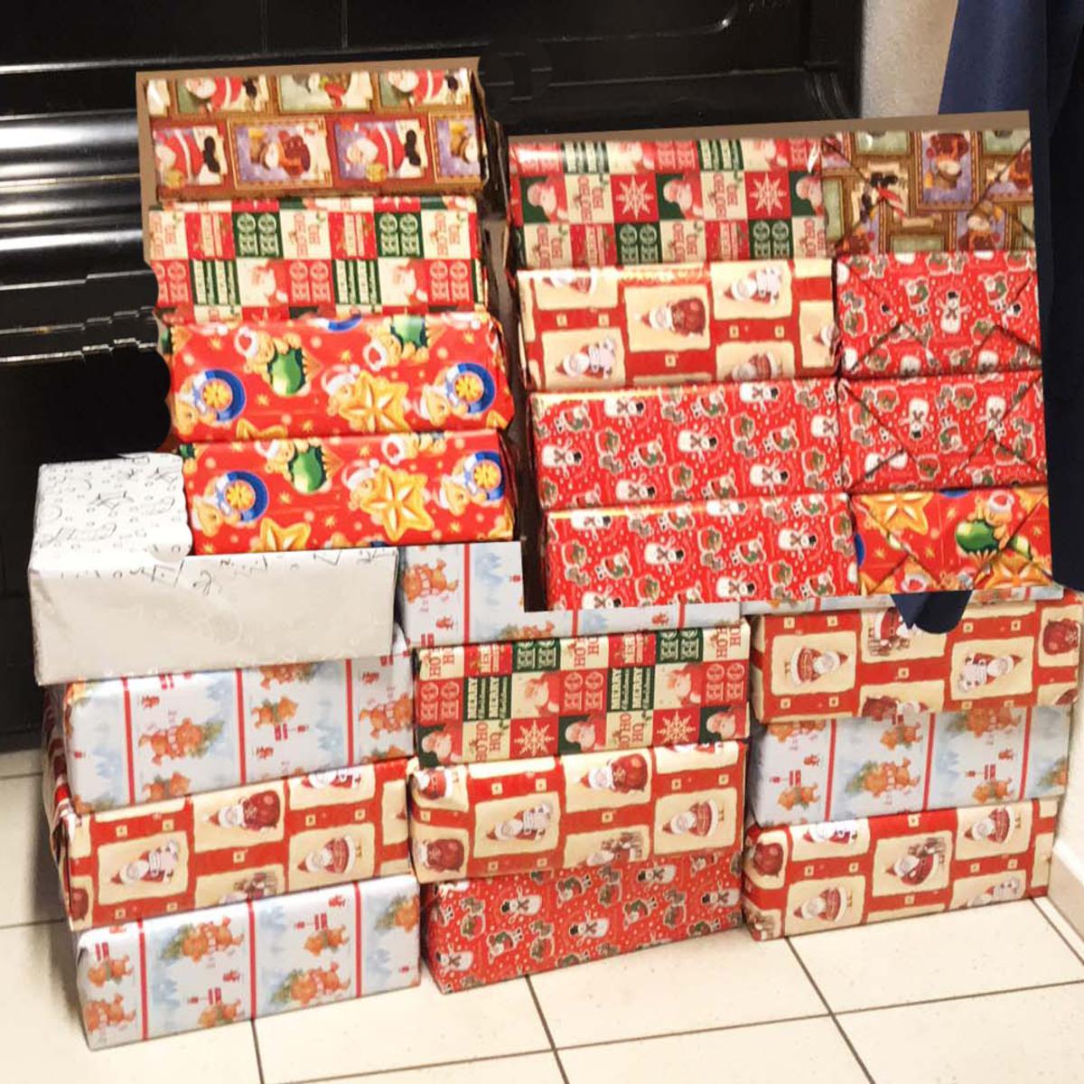 Die fertigen Geschenkpakete stehen bereit.